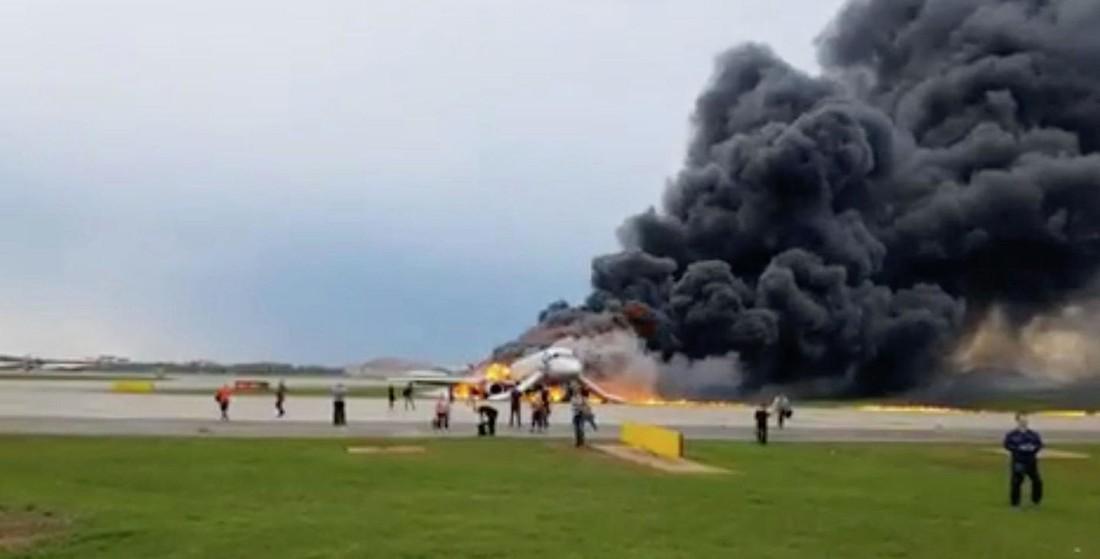 Шереметьево работает в ограниченном режиме из-за сгоревшего Superjet 100